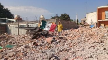 bandera mexico sobre escombros